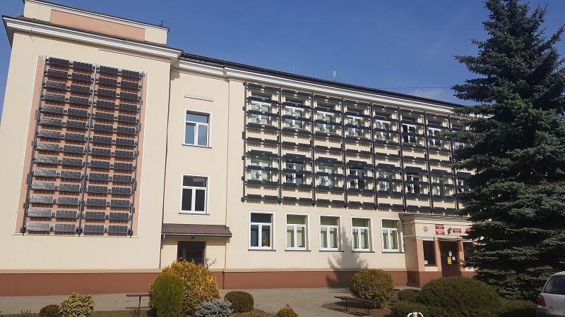 Zdjęcie przedstawia zamontowane panele fotowoltaiczne na budynku Zespołu Szkół Sportowych