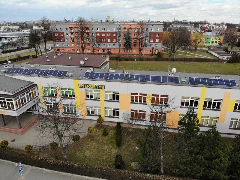 Zdjęcie przedstawia widok z lotu ptaka na zamontowane panele fotowoltaiczne na dachu Zespołu Szkół Energetycznych