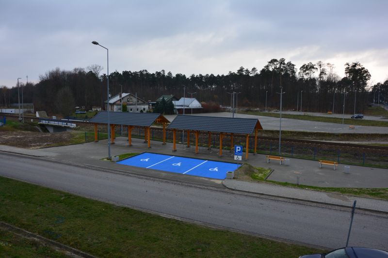 Zdjęcie przedstawia Centrum przesiadkowe z miejscami parkingowymi dla osób z niepełnosprawnościami w Głogowie Małopolskim