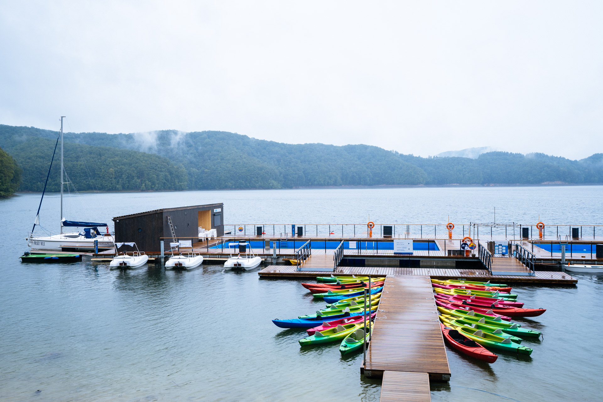 Ekomarina w Polańczyku, widoczny drewniany pomost i kolorowe łódki