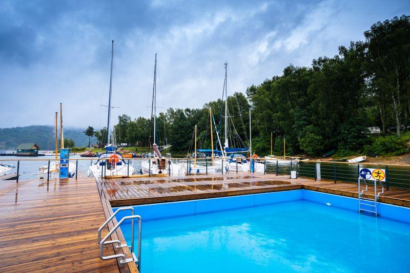 Ekomarina, na pierwszym planie widoczny basen, za nim przycumowane są jachty