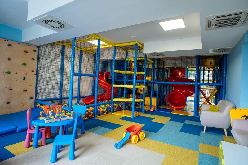 plac zabaw wyposażony w baseny z kulkami, zjeżdżalnie, ścianka wspinaczkowa, tor przeszkód i labirynty