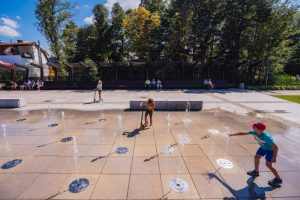 Dzieci bawiące się przy fontannie