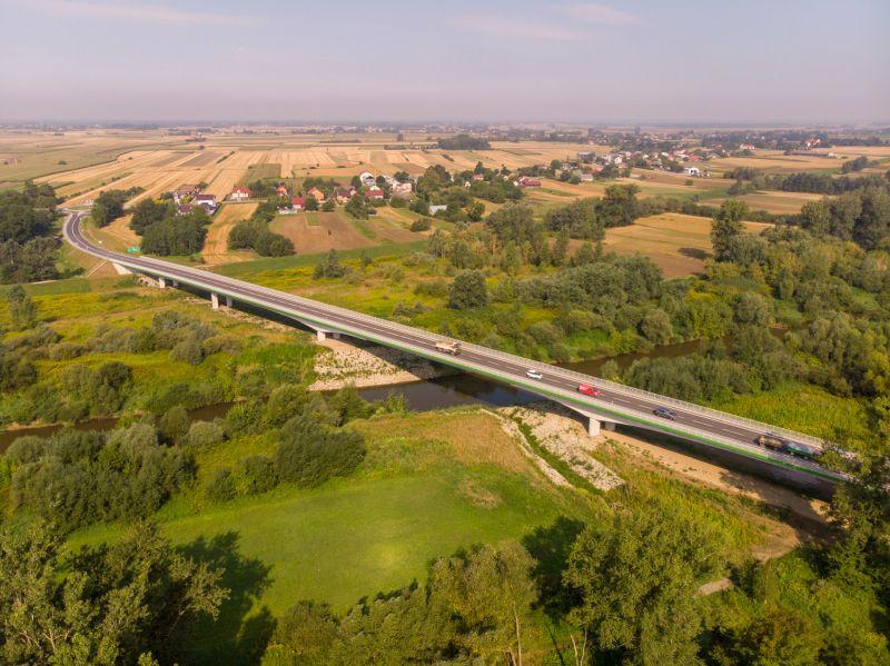 Widok z lotu ptaka na nowy most przez Wisłokę