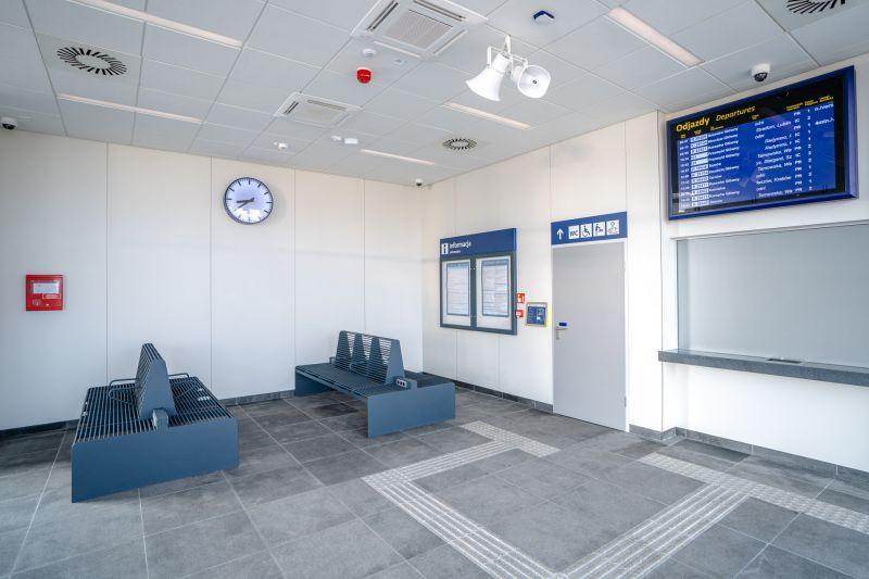 W poczekalni niebieskie ławki, a na podłodze specjalne ścieżki prowadzące dla osób niedowidzących