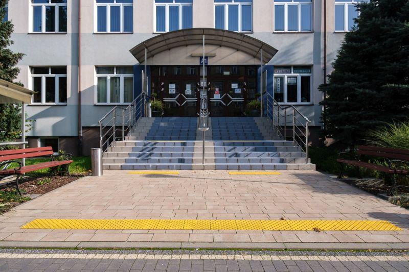 przed budynkiem zamontowane są znaczniki schodowe, które ułatwiają poruszanie się
