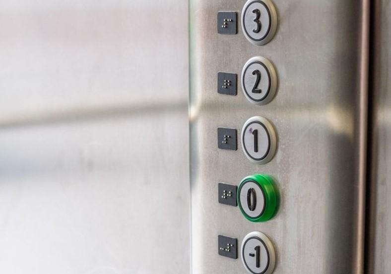 Przyciski w windach mają oznaczenia pięter w alfabecie Braille'a. Fot. Patryk Ogorzałek