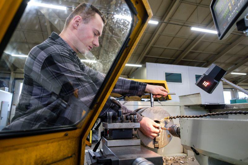 Pracownik przy maszynie w firmie Ekolinia
