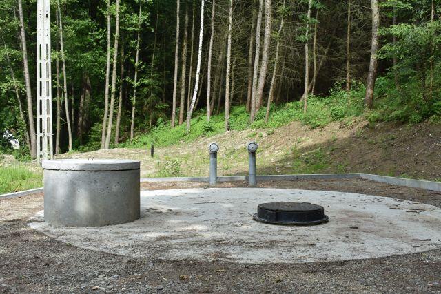 podziemny zbiornik wody znajduje się przy drodze powiatowej Ustrobna–Jaszczew