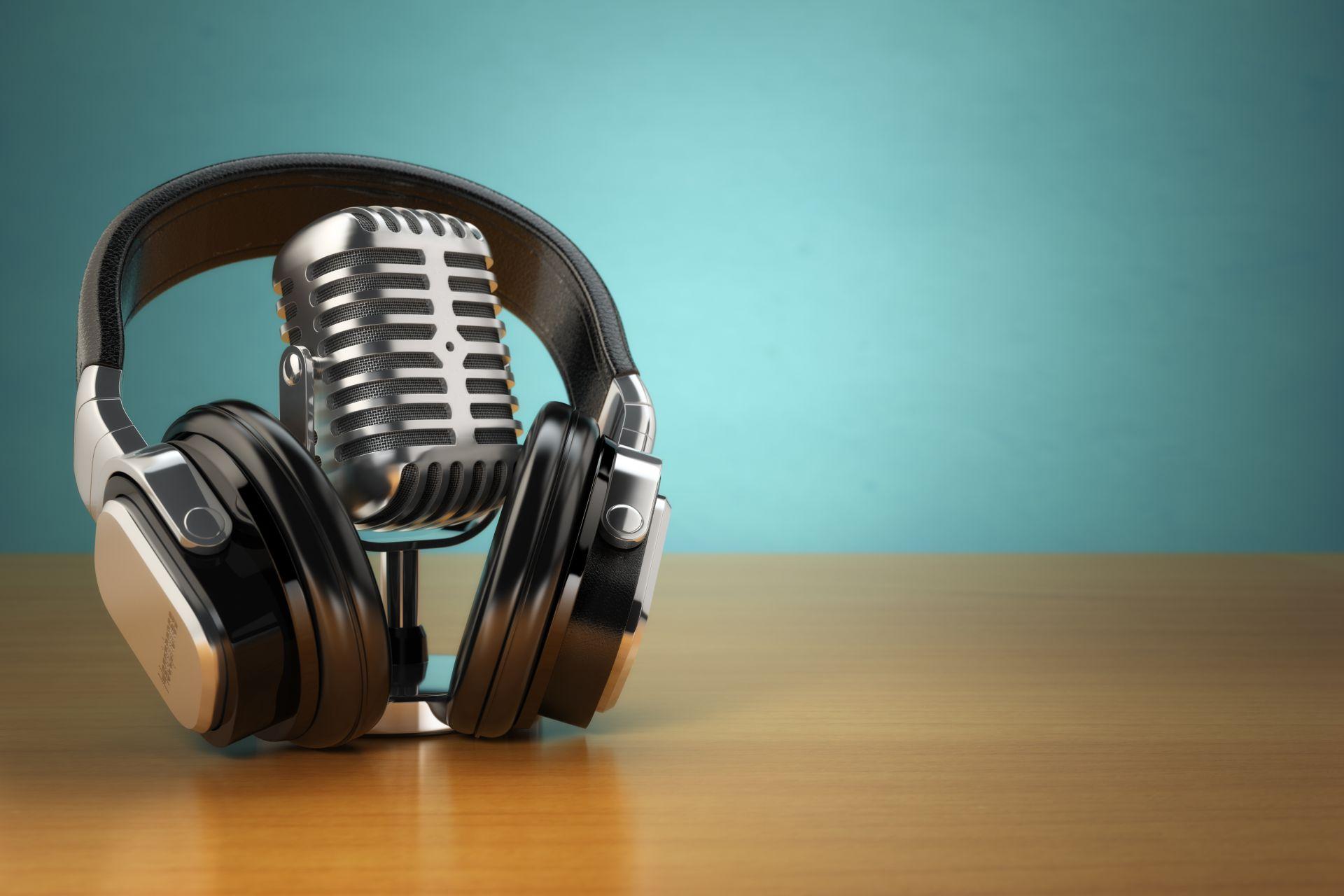 mikrofon i słuchawki na zielonym tle. Koncepcja nagrań audio i studyjnych
