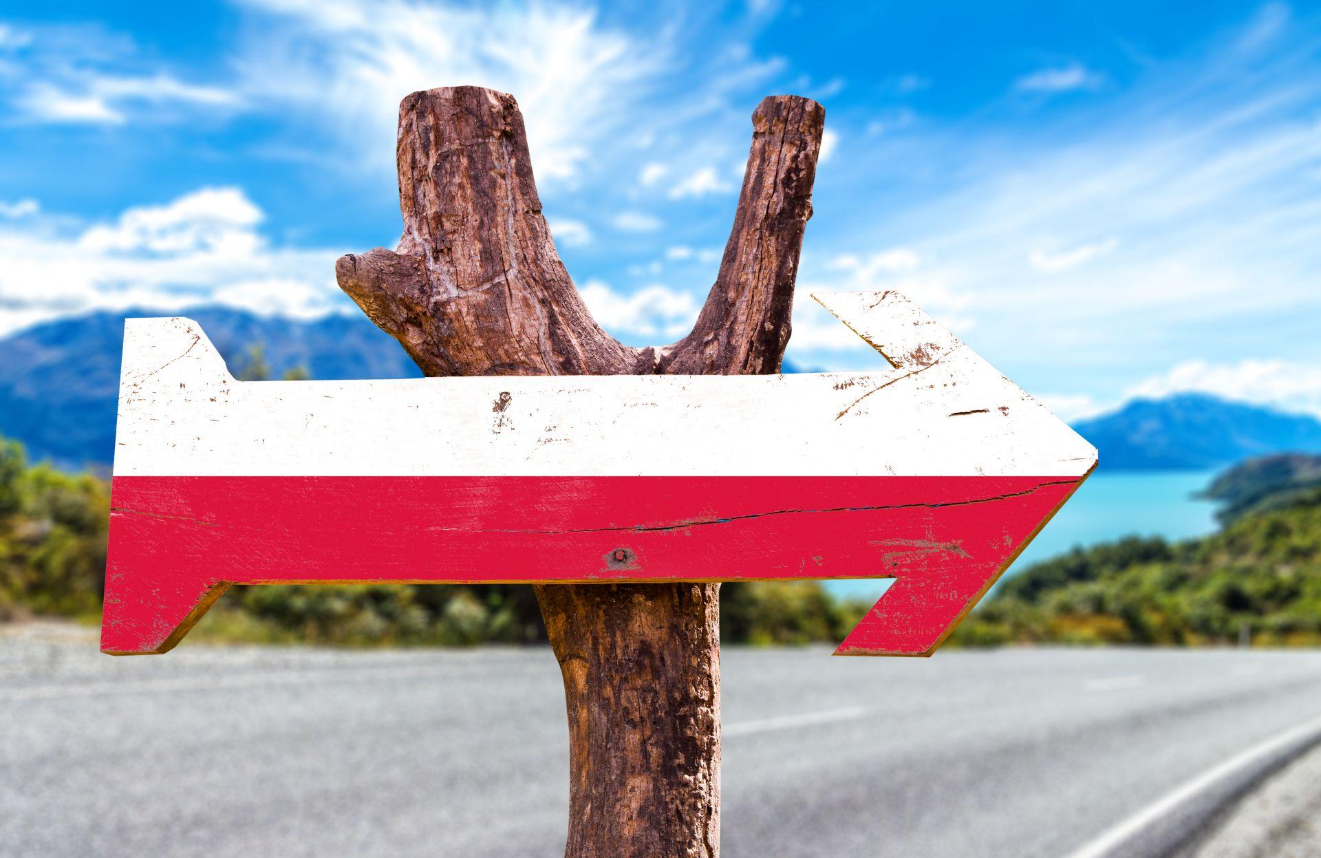 biało-czerwona strzałka skierowana na wschód jako drogowskaz