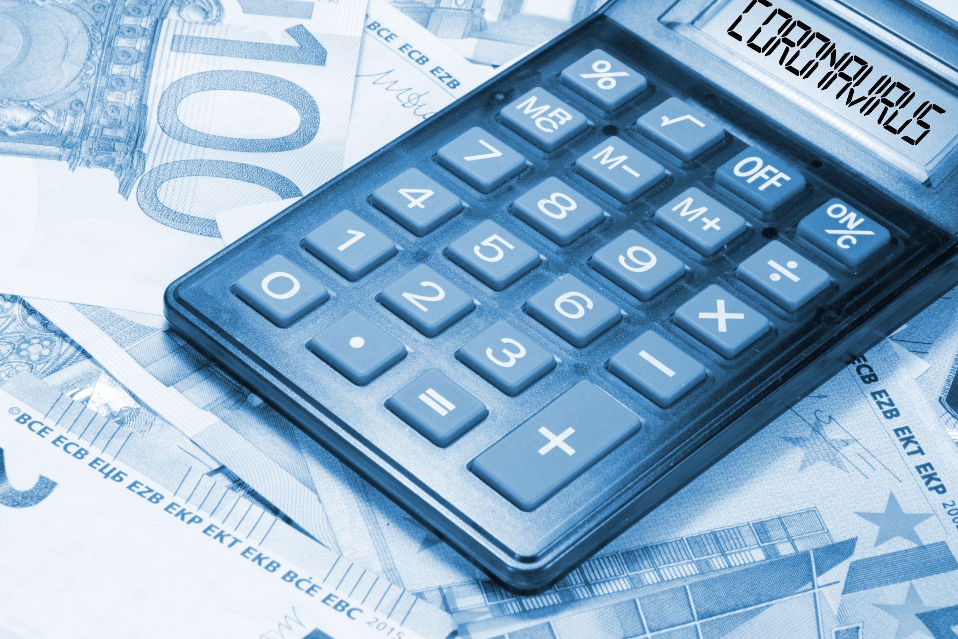 niebieski kalkulator z napisem koronawirus położony na banknotach