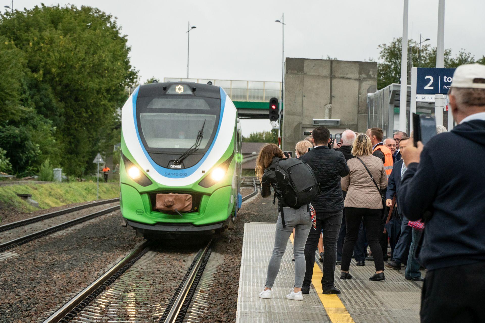 wjazd pociągu na stację w Mielcu. obok na eronie czekają ludzie