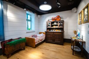 pomieszczenie z łózkiem i szafą