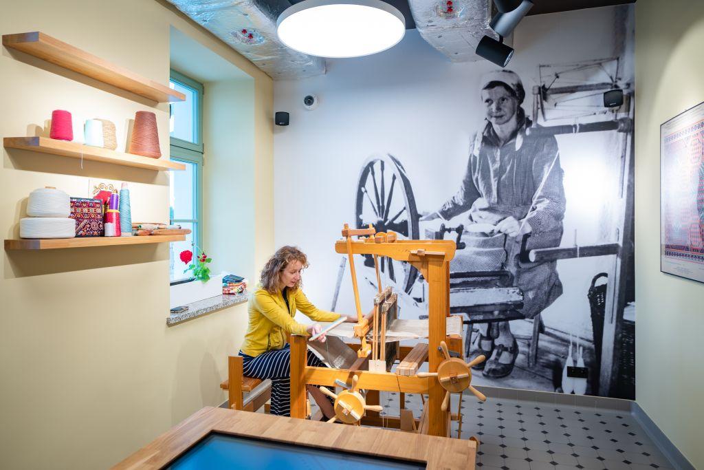 kobieta pracuje na krośnie tkackim