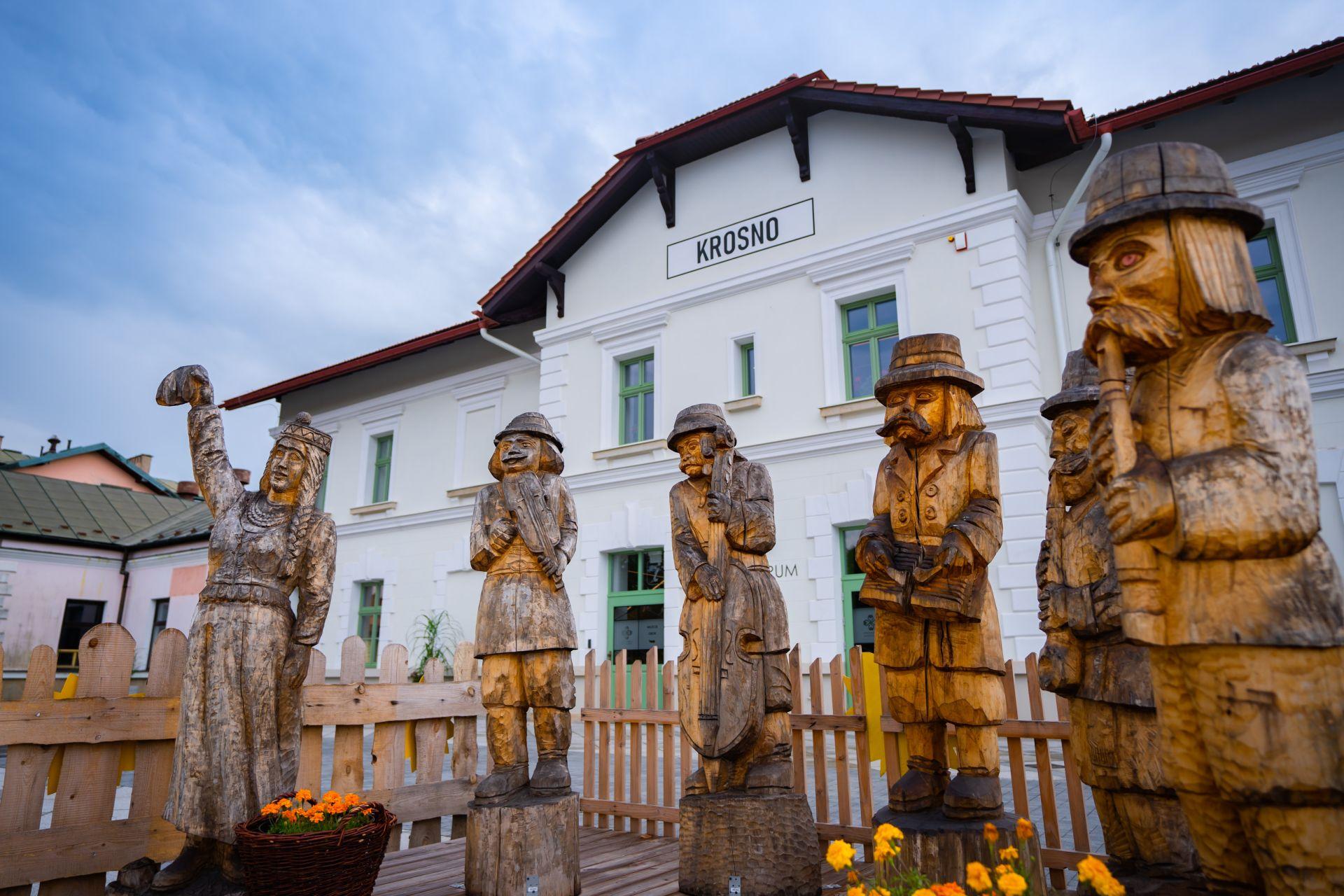 drewniane rzeźby przed wejściem do budynku Etnocentrum Ziemi Krośnieńskiej