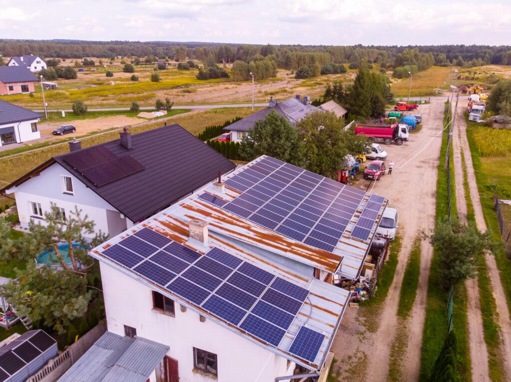 instalacja fotowoltaiczna zamontowana na dachu firmy