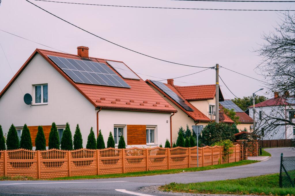 Zamontowane panele na dachu prywatnego domu