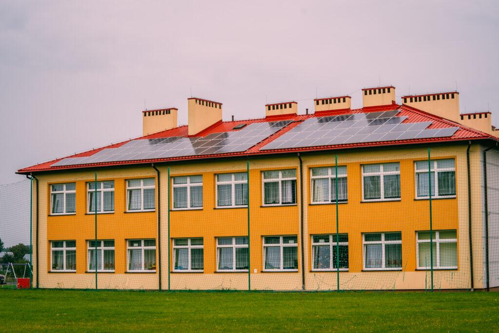 Panele fotowoltaiczne zamontowane na dachu budynku użytecznosci publicznej w gminie Jarocin